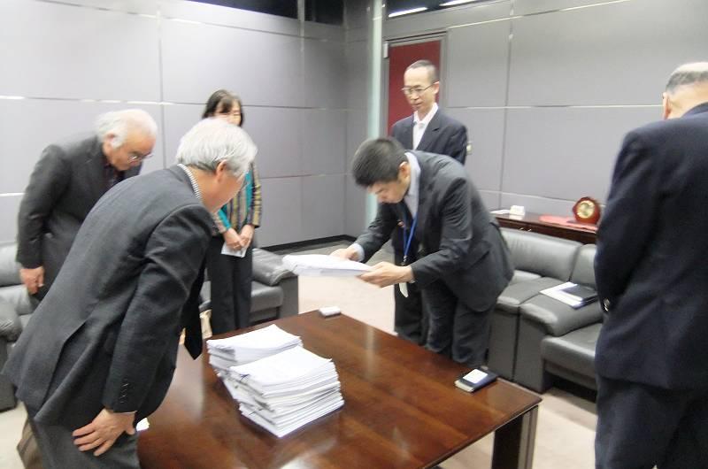 西部鉄道に署名を手渡す「会」の皆さん(左)