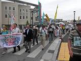 「核兵器なくせ!」「原発ゼロに!」と訴えて行進する参加者たち。左から2人目は塩川衆議院議員。