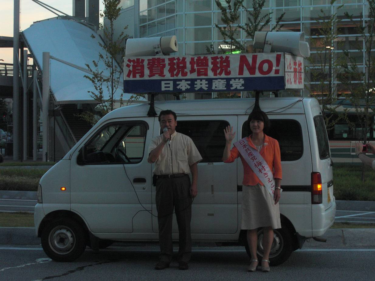 猪股嘉直議員(左)。梅村さえ子北関東比例ブロック予定候補と。