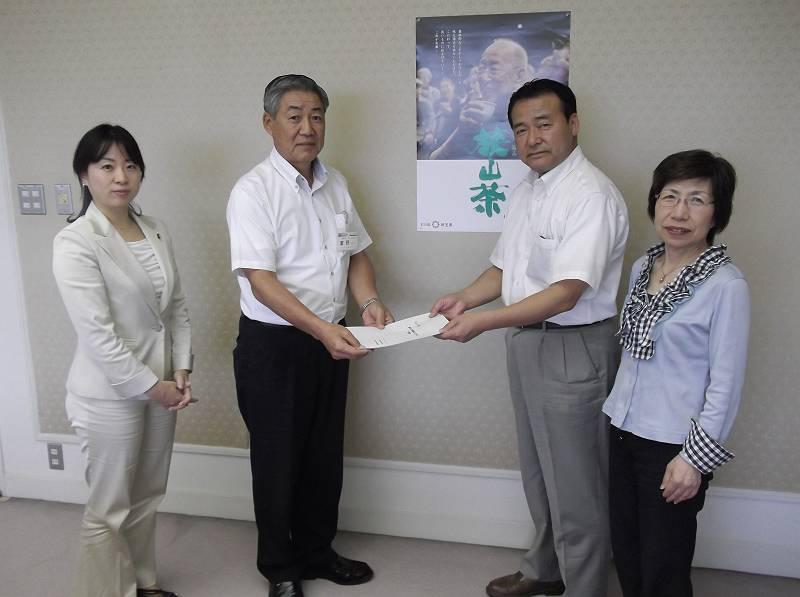 濱野副市長に要望書を手渡す市議団