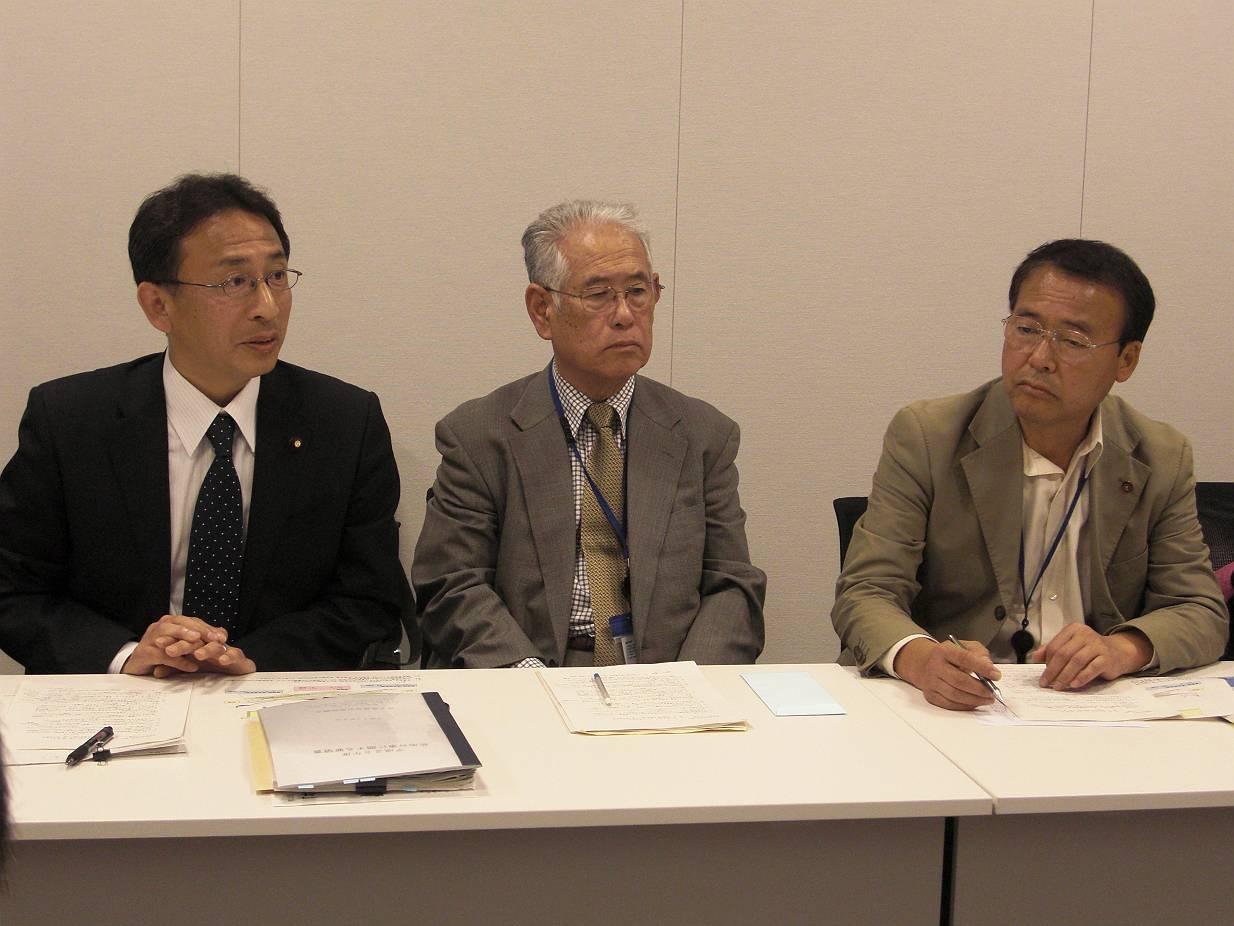 要請を行う塩川議員、飯島氏、猪股市議(左から)