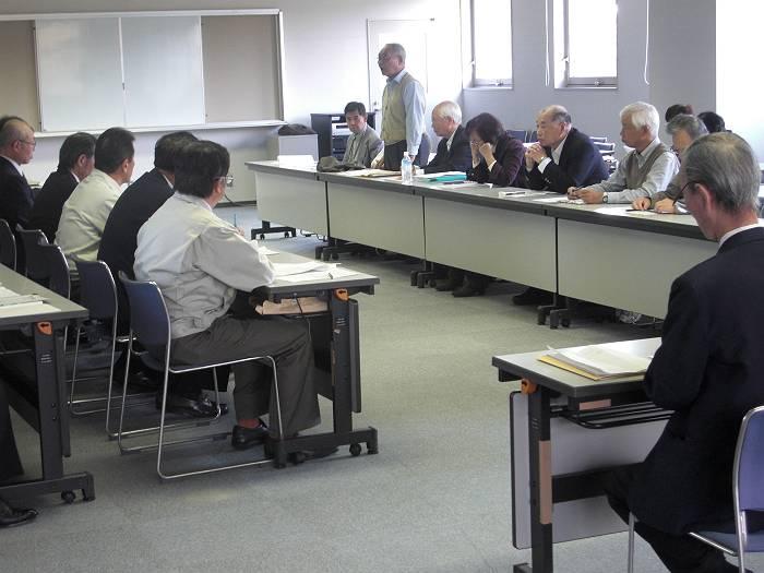 狭山執行部に要望を説明する年金者組合の代表(窓側)