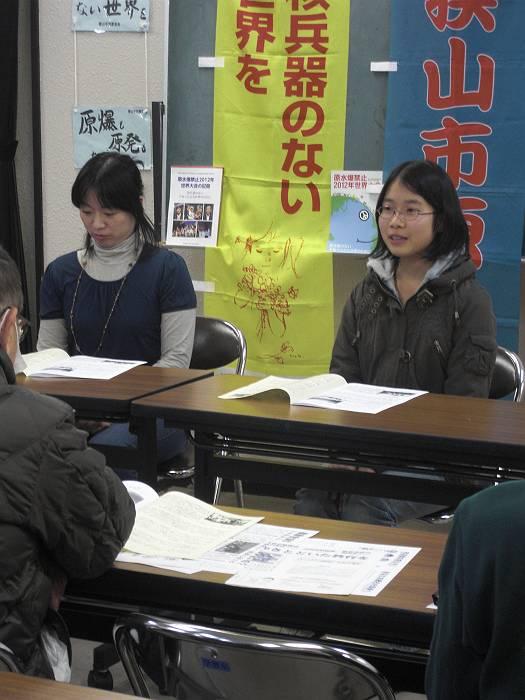 原水禁世界大会への参加を報告する日野さん。(右側)
