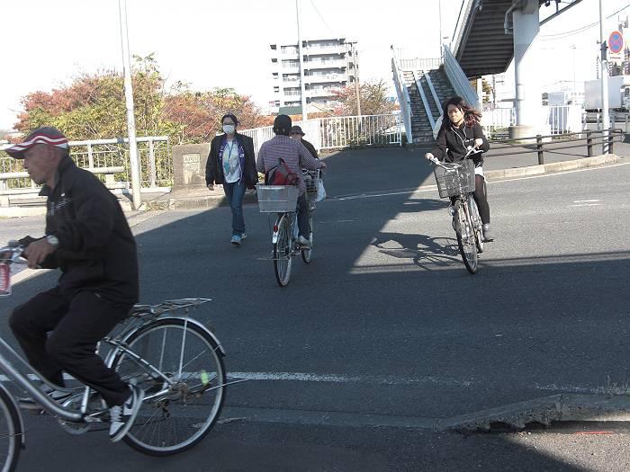 歩道の無い国道を横切る自転車や歩行者