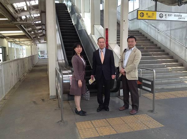 入曽駅のエスカレーター前で