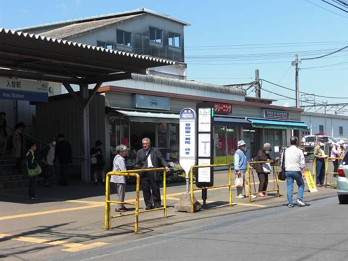 入曽駅東口駅前。狭い上にバス、車、歩行者が入り乱れる場所です。