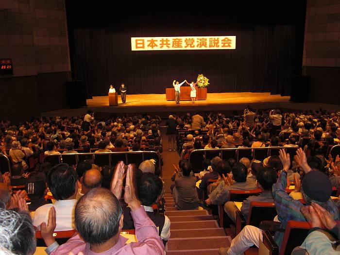 川越市民会館を満杯にした日本共産党の演説会。壇上に並ぶ紙智子参議員議員と伊藤岳選挙区予定候補に惜しみない拍手が送られました。