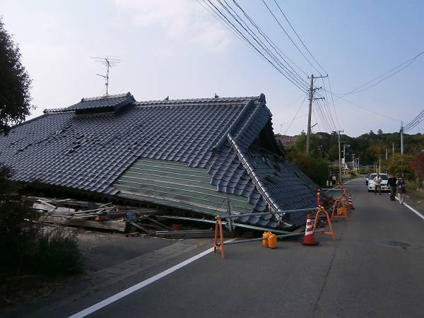 倒壊したままの家屋