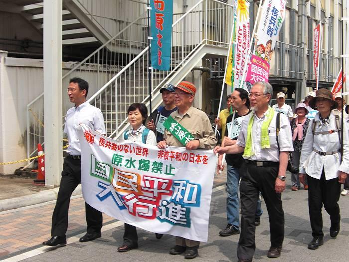 平和のシュプレヒコールをしながら、狭山市駅から狭山台に行進する参加者。