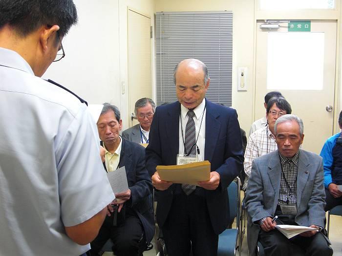 基地への要請文を読み上げる大澤代表(正面の真ん中)