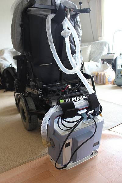 外出時には車椅子に取り付ける人工呼吸器