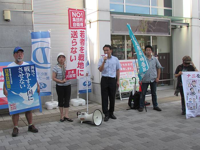 7月1日、狭山市駅東口で訴える塩川衆議院議員(左から3人目)と大沢市議(左から2人目)