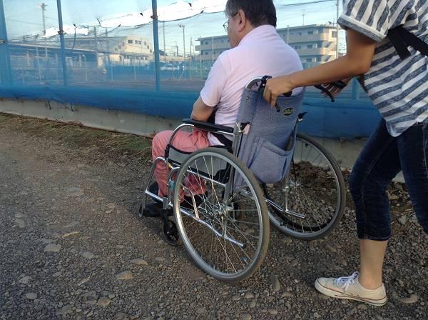 車椅子利用者は砂利道を迂回しなければならない