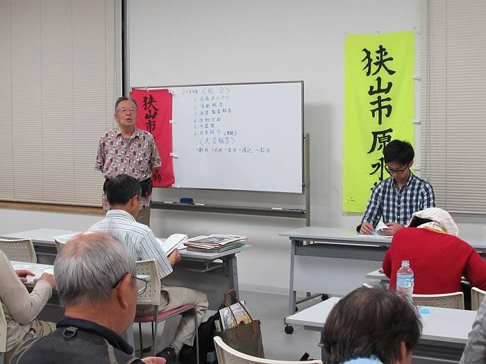 総会の開会挨拶を行う、鶴見隆会長(正面左)