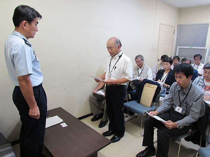 参加者を代表して要請文を読み上げる大沢進狭山平和委員会代表(こちら向き真ん中)。