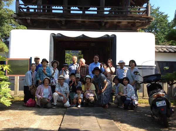 広福寺をお借りしての鐘つきに集まった参加者