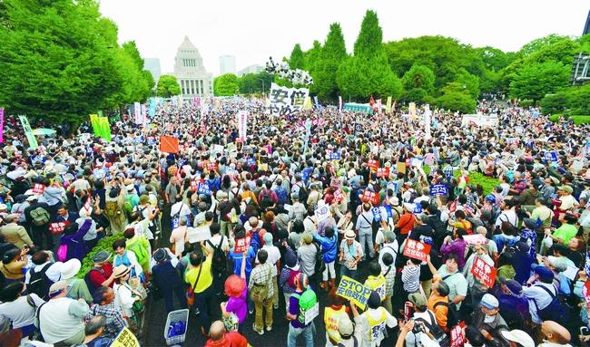 国会を12万人の人々が包囲。安倍政権に戦争法案の撤回を求めました。