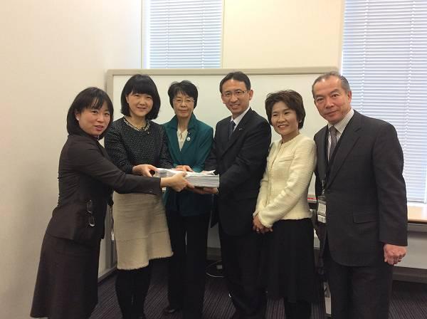 国会議員団に署名を手渡す大沢議員(左)