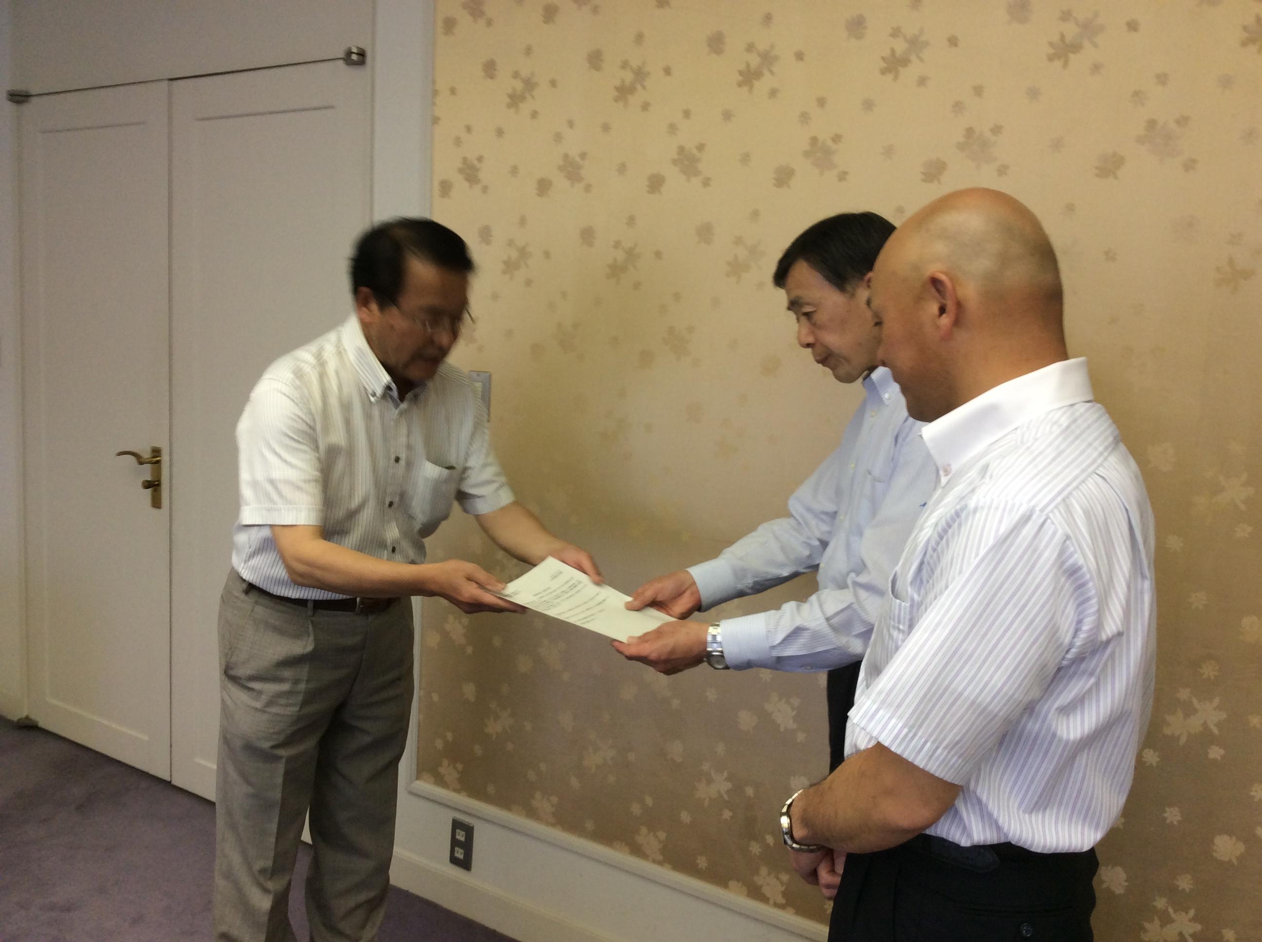 町田議長(右から2人目)、内藤副議長(右端)に懇談の要請書を手渡す猪股議員(左端)