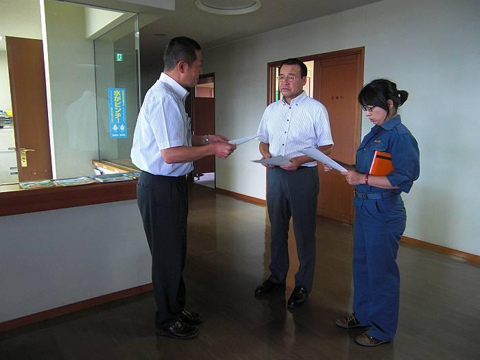 市長あての対応の要請を行う猪股(中央)・大沢(右)議員。撮影は望月議員。