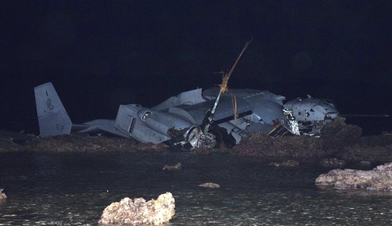 墜落したオスプレイの残骸。これを日本の内閣と主要メディアは墜落といっている。