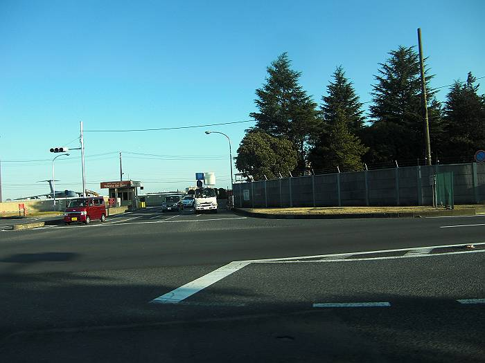 米軍横田基地のゲート。基地内撮影は許可されたが、拡散は不許可で、国道16号をバスで走った際に撮影(1月31日 猪股)