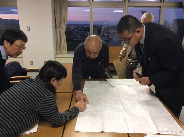 地図を見ながら投票所の位置を確認