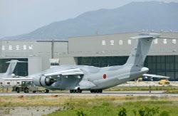 滑走路を外れた航空自衛隊C2輸送機(9日午前、米子空港)=共同(日本経済新聞6月9日電子版より)