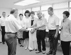 北関東防衛局の担当者に要請書を提出する(右3人目から左へ)小川、柳下、梅村の各氏ら。 (しんぶん赤旗より)