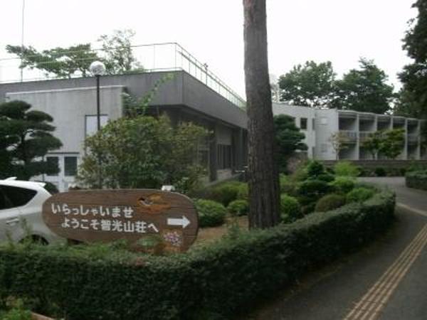 智光山荘80年竣工 宿泊室(12室)、大広間、研修室、浴室、ホール、軽運動場など。60人宿泊可能 (写真は市HP)