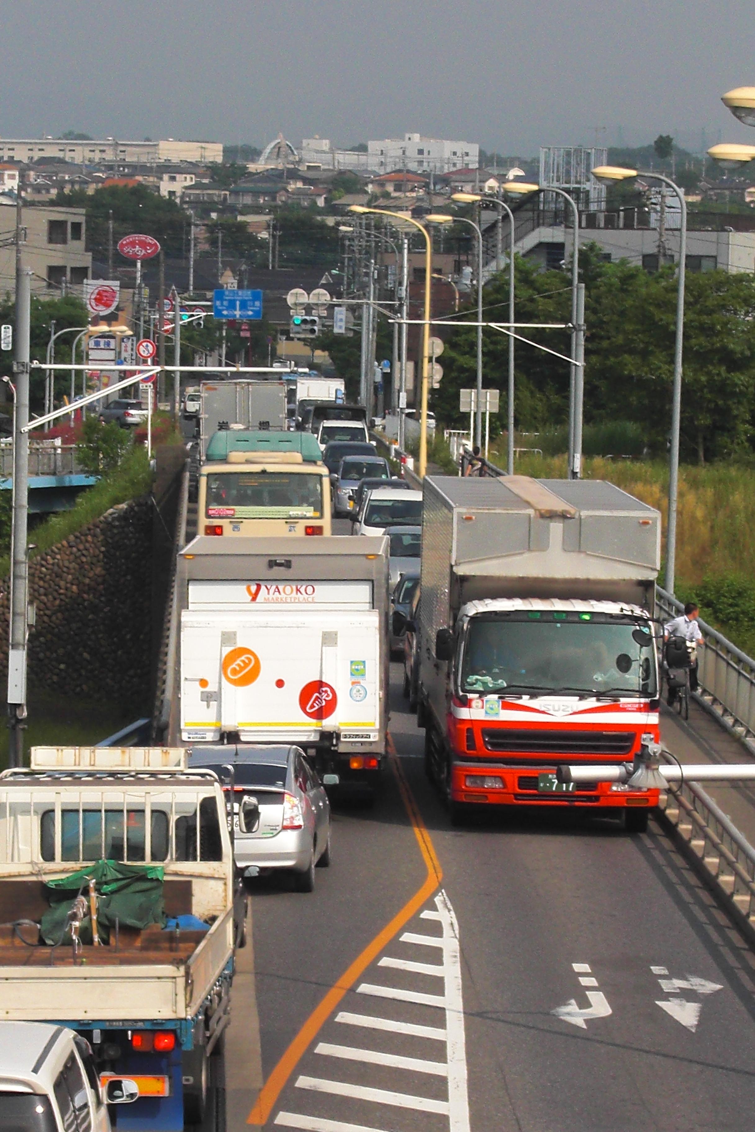 新富士見橋の渋滞。大型車両の擦れ違いは大変。