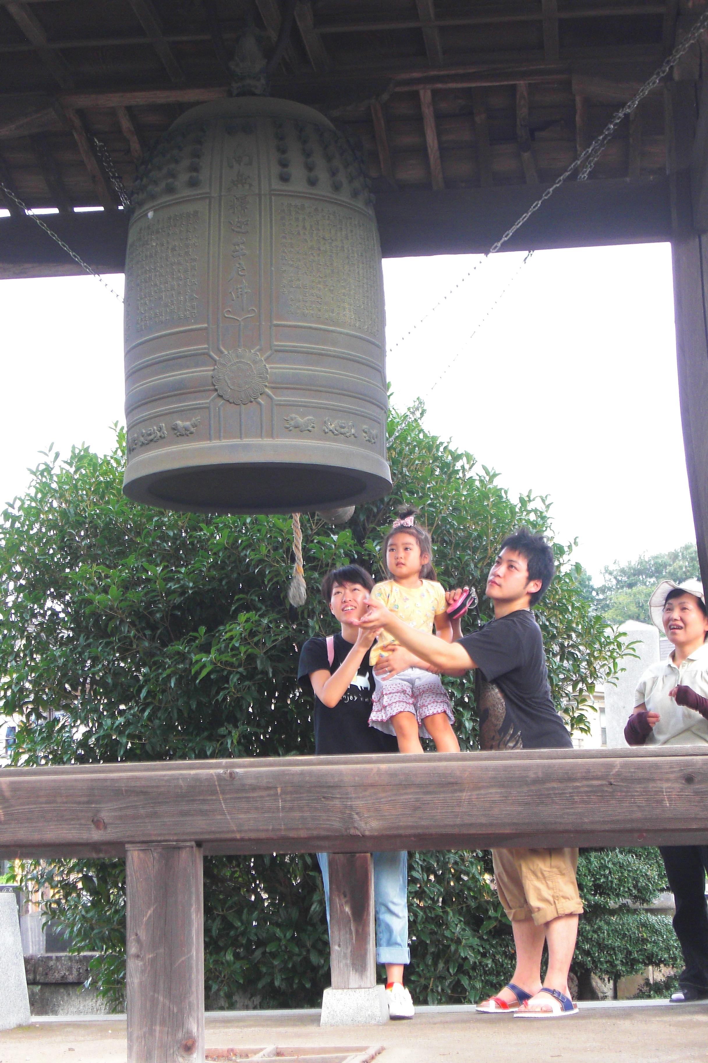 親子で平和の鐘つき
