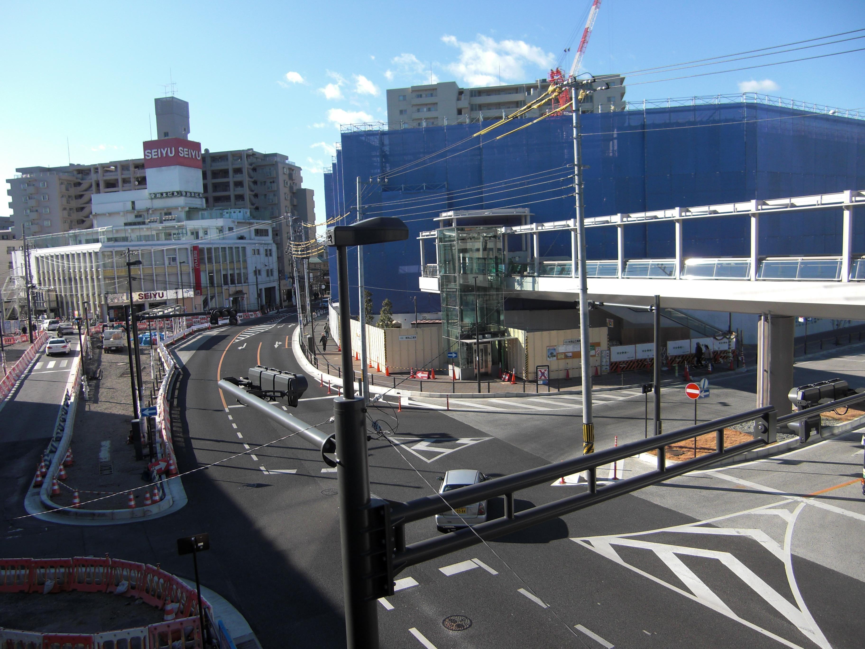 歩道の無い、駅前の交差点。ペデストリアンデッキを必要にした交差点です。