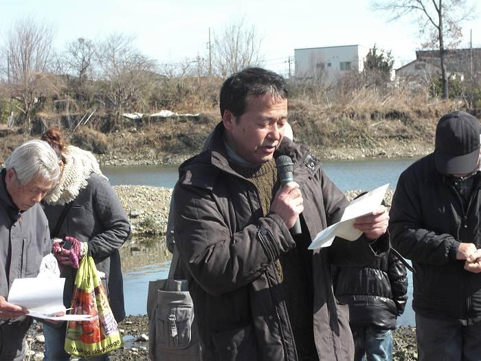 2月17日、入間川にサケの稚魚を放流する集会での猪股議員(この記事とは関係ありません)