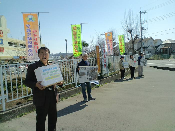毎月11日には広瀬のヤオコー前交差点で震災被害者支援と原発ゼロを訴える猪股議員(一番手前)と党支部の方々<記事とは無関係>