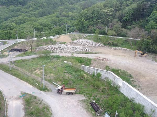 八ツ場ダム工事の始まりを告げるトラックが写真中央に見えます。