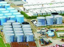 福島第一原発で行われている汚染水貯蔵タンクの組立現場(日本共産党HPより)