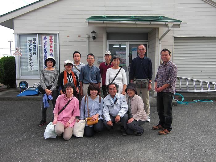 南相馬市の日本共産党ボランティアセンターの前で(右端が私=猪股=)