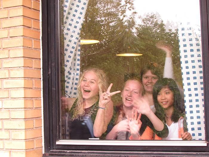 窓から手を振って歓迎してくれた子供たち