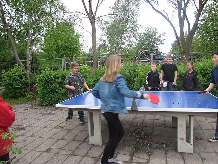 休憩時間に卓球で遊ぶ子供たち