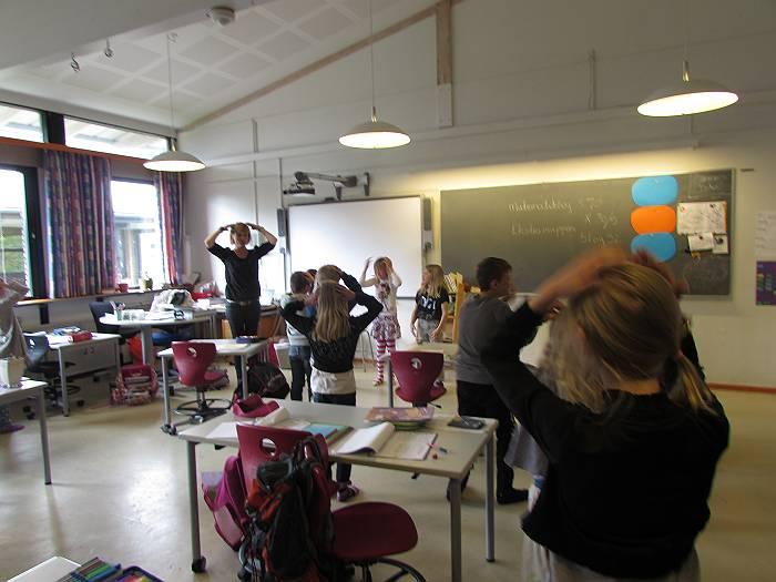 勉強の手を休めて、みんなで歌って踊る。楽しそう。