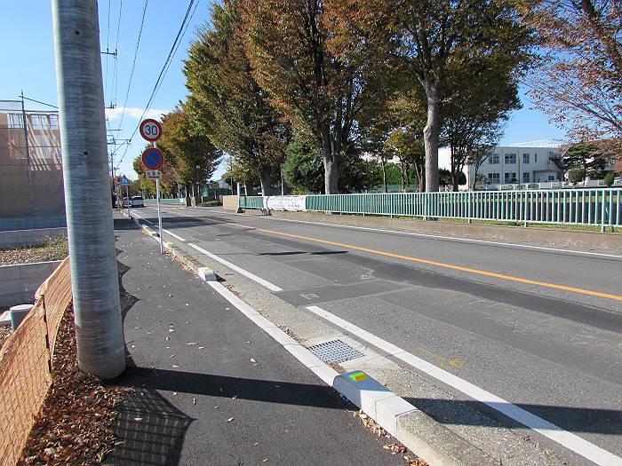 学校給食センター跡地に歩道スペースをとって拡がった、緑陽高校前の道路