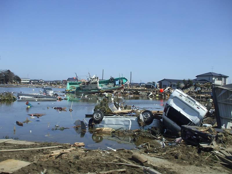 隣の亘理町。街中は泥に埋まり、車も家も流されていました。<br> <br> 奥には横転した船が見えています。<br> <br> 津波の威力の恐ろしさを見せつけられた思いです。