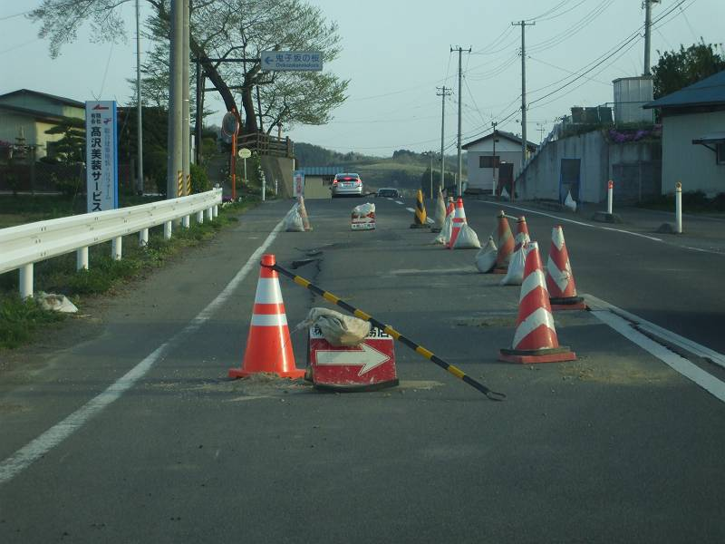 いまだ一部通行止めの道路