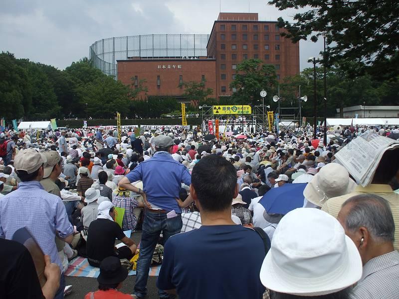 東京明治公園で開催された7・2原発ゼロをめざす緊急集会に参加してきました。<br> <br> ただでさえ暑い中、会場は2万人の参加者の熱気であふれかえっていました。<br> <br> 原発は当たり前の暮らしを根本から奪い去ってしまいました。今すぐにはできなくても、自然エネルギーへの転換で、将来的に原発ゼロの国へ!今から行動が大切です!