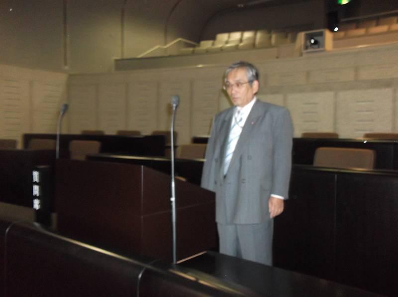 狭山市議会の議場を視察される末永議員