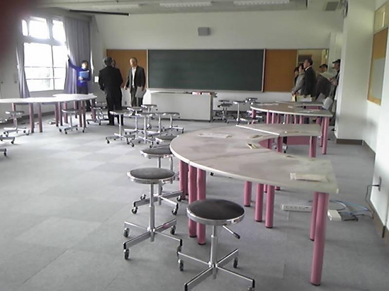 パソコンルームになる予定のお部屋。<br> <br> 学校で使っていたテーブルなどを再利用。こちらも懐かしいです。<br> <br> この日はSSCCの皆さんが施設を見学されていました。SSCCの拠点としても利用できるようにしたとのことで、良かったです(^^)<br> <br> たくさんの事業が行われて、地域へ還元されてくると良いなと思っています。K課長〜よろしくお願いします!