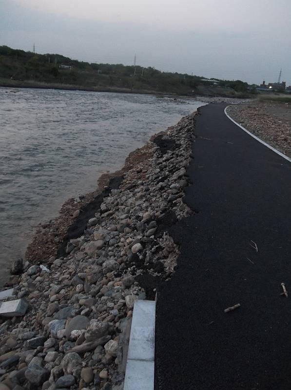 川べりに沿った左側が数メートルも崩落