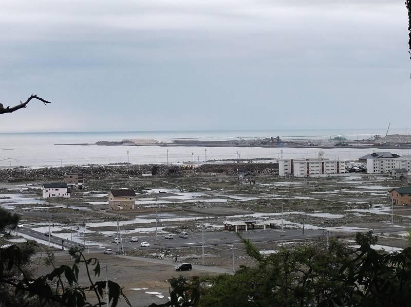 G/Wを利用して石巻へ行ってきました。夫の実家があり、昨年中に行きたかったのですが、まだ落ち着かないということで、ようやく今回の訪問となりました。<br> <br> まだ鉄道が完全に開通していないため、仙台からレンタカーを借りて石巻へ。道中はお店も賑わっていて、あまり分からなかったのですが、海岸付近の地区を見て絶句。<br> <br> 基礎を残してすべて撤去された町なみ。1年半たった今も壊れたまま残っている家屋もありました。