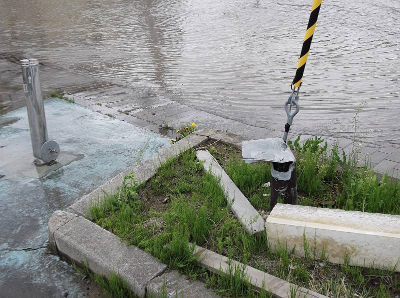 土地が低くなったのか、あちこちに浸水している個所が。<br> <br> GW後半だったので、直前の大雨も影響しているのでしょうが、バスの停留所なども大きな水たまり(というか池になってた)で近づけないほどでした。